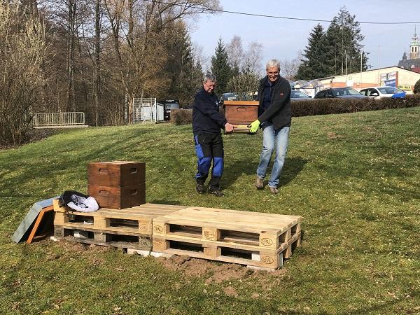 Aufbau der Bienenstöcke durch Imker Alois Winter